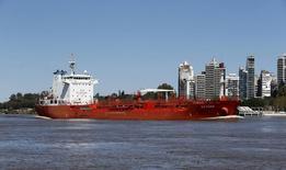Нефтеналивной танкер Saturn в реке Парана у порта Росарио в Аргентине 11 сентября 2015 года. Цены на нефть растут благодаря данным о сокращении запасов нефти и вероятному снижению добычи в США. REUTERS/Enrique Marcarian
