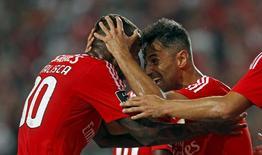 Jonas e Anderson Talisca comemoram gol do Benfica em Lisboa.  11/9/2015. REUTERS/Hugo Correia