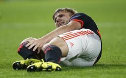 Luke Shaw se machuca em jogo do PSV Eindhoven contra o Manchester United.  15/9/15.  Reuters/Andrew Couldridge.