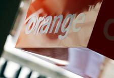 Orange gagne 2,28% vers 12h45 quand le CAC 40 prend 1,18%. Deutsche Bank, qui est passé à l'achat sur la valeur, insiste sur l'attractivité d'un titre qui a perdu près de 8% depuis début août, et salue le positionnement de la société sur le marché de la fibre. /Photo d'archives/REUTERS/Régis Duvignau