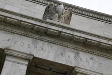Una estatua de un águila sobre la fachada de la Reserva Federal de Estados Unidos, en Washington, 31 de julio de 2013. La Reserva Federal de Estados Unidos postergará por algún tiempo más su primera alza de tasas de interés en casi una década, de acuerdo con poco más de la mitad de los economistas consultados en un sondeo de Reuters divulgado el miércoles. REUTERS/Jonathan Ernst