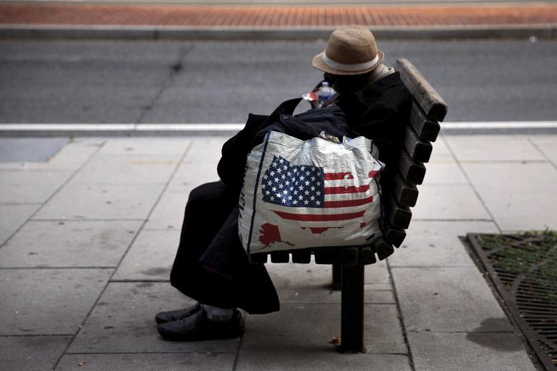 A homeless woman sits on a bench few blocks away from the White House in downtown Washington, September 1, 2015. REUTERS/Carlos Barria