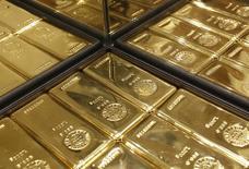Слитки золота в магазине Ginza Tanaka в Токио 18 апреля 2013 года. Цены на золото снижаются после максимального за месяц роста накануне, пока инвесторы ждут решения ФРС о процентных ставках. REUTERS/Yuya Shino