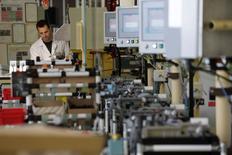 Le crédit d'impôt compétitivité-emploi (CICE) instauré en janvier 2013 pour les entreprises tourne désormais pratiquement à plein régime mais son impact sur l'emploi, notamment, est encore difficile à mesurer, selon son comité de suivi. /Photo d'archives/REUTERS/Philippe Wojazer