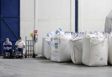 Foto de archivo de trabajadores sentados sobre bolsas que contienen azúcar en una fábrica en San Francisco en la ciudad de Ameca, Jalisco, 18 de febrero de 2011. REUTERS/Alejandro Acosta/Files - RTR4U22E