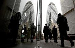 A Londres, dans la City. La productivité de la Grande-Bretagne a été en 2014 nettement inférieure à celle de ses homologues du G7, de 20% en moyenne, soit l'écart le plus important enregistré depuis le début de ce comparatif en 1991. /Photo d'archives/REUTERS/Neil Hall