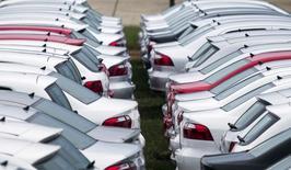 Carros estacionados em instalação da Volkswagen em Taubaté.  30/03/2015   REUTERS/Roosevelt Cassio
