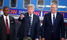 Donald Trump (en el centro), junto con Ben Carson (a la izquierda) y Jeb Bush, durante el debate transmitido por CNN, el 16 de septiembre de 2015. El debate entre los precandidatos republicanos a la presidencia de Estados Unidos transmitido por CNN atrajo en promedio una audiencia de 22,9 millones de televidentes, informó el jueves la cadena de televisión por cable, lo que lo convirtió en lo más visto en la historia del canal. REUTERS/Lucy Nicholson