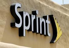 """El logo del Sprint, visto en una de sus tiendas en San Marcos, California, 3 de agosto de 2015. Sprint Corp dijo que planea expandir su servicio de """"roaming"""" a Cuba,  pero no dio detalles respecto al momento o detalles adicionales. REUTERS/Mike Blake"""