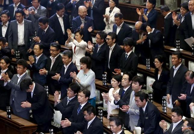 9月19日、安全保障の関連法案が未明、参議院本会議で可決、成立した。写真は拍手する与党議員ら。参議院で19日撮影(2015年 ロイター/Toru Hanai)