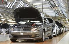Volkswagen ordenó una investigación externa después de que los reguladores estadounidenses hallaron que un software de la automotriz diseñado para automóviles diésel proporcionaba datos de emisiones falsos, dijo el domingo su consejero delegado, añadiendo que siente mucho que el grupo haya infringido la normativa de Estados Unidos. En la imagen, una línea de producción de Volkswagen en Wolfsburgo. 3 marzo 2015. REUTERS/Fabian Bimmer/Files