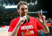 Spain's Pau Gasol shows off his gold medal after winning the EuroBasket 2015 final game against Lithuania at the Pierre Mauroy stadium in Villeneuve d'Ascq, near Lille, France, September 20, 2015.   REUTERS/Benoit Tessier