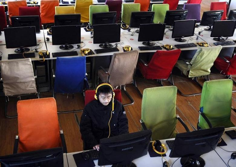A customer uses a computer in an internet cafe at Changzhi, Shanxi province January 25, 2010.  REUTERS/Stringer