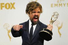 """Peter Dinklage com seu prêmio pela atuação na série """"Game of Thrones"""", durante o Emmy, em Los Angeles.  21/09/2015   REUTERS/Mike Blake"""