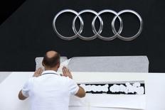 Funcionário finalizando detalhes em cabine da Audi em evento em Frankfurt.  REUTERS/Ralph Orlowski