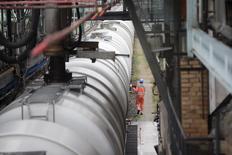 Цистерны на НПЗ PCK в Шведте 20 октября 2014 года. Цены на нефть снижаются за счет фиксации прибыли после 4-процентного повышения в понедельник. REUTERS/Axel Schmidt