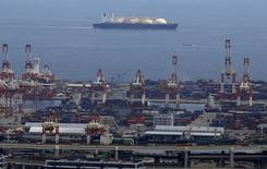 СПГ-танкер в порту Иокогамы. 4 сентября 2015 года. Китайские морские перевозчики China Merchants Energy Shipping и Sinotrans Shipping и греческий перевозчик Dynagas ведут переговоры о совместном предприятии для строительства пяти судов для перевозки сжиженного газа (СПГ) с завода Ямал СПГ, сообщили компании. REUTERS/Yuya Shino