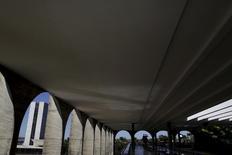 Congresso Nacional visto pelos arcos do Palácio Itamaraty, em Brasília.  16/06/2015    REUTERS/Ueslei Marcelino