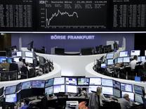 Operadores trabajando en la Bolsa de Fráncfort, Alemania, 23 de septiembre de 2015. Las bolsas europeas caían el miércoles, extendiendo los declives del día anterior a mínimos en un mes, y Volkswagen continuaba su retroceso después de las denuncias de que habría amañado datos en unas pruebas de emisiones de gases. REUTERS/Staff/remote