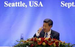 Xi Jinping à Seattle devant un parterre de chefs d'entreprise. Le président chinois, en visite officielle aux Etats-Unis, a assuré mercredi que son pays était prêt à assouplir les règles en vigueur en matière d'investissements étrangers et a dit prévoir une longue période de croissance économique dans son pays, malgré les turbulences récentes. /Photo prise le 23 septembre 2015/REUTERS/Elaine Thompson/Pool