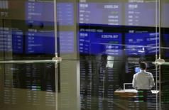 Market prices are reflected in a glass window at the Tokyo Stock Exchange (TSE) in Tokyo August 24, 2015.  REUTERS/Toru Hanai