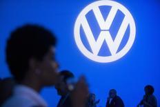 L'action Volkswagen a ouvert en hausse de plus de 4% jeudi en Bourse de Francfort, au lendemain de l'annonce de la démission du président du directoire Martin Winterkorn à la suite du scandale des tests d'émission truqués aux Etats-Unis. Elle avait déjà terminé la séance de mercredi sur une hausse appréciable après avoir perdu plus du tiers de sa valeur depuis le début de la crise. /Photo d'archives/REUTERS/Darren Ornitz