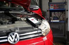 Le ministre des Transports allemand Alexander Dobrindt a déclaré jeudi que la manipulation de tests d'émission par Volkswagen s'était également produite en Europe et pas seulement aux Etats-Unis. /Photo prise le 23 septembre 2015/REUTERS/Dado Ruvic