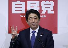 Le Premier ministre japonais, Shinzo Abe, s'est engagé jeudi à augmenter le produit intérieur brut (PIB) de près d'un quart à 600.000 milliards de yens (4.500 milliards d'euros) et à se recentrer sur l'économie après l'adoption d'une loi impopulaire sur la sécurité du pays. /Photo prise le 24 septembre 2015/REUTERS/Issei Kato