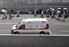 Машина скорой помощи едет в палаточный городок в Мине. 24 сентября 2015 года. По меньшей мере 717 человек погибли в результате давки в Мине, предместье священного для мусульман города Мекка, куда прибыли около двух миллионов паломников, сообщило управление гражданской обороны Саудовской Аравии в четверг. REUTERS/Ahmad Masood