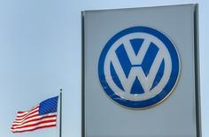 """Una bandera de Estados Unidos ondea junto al logo de Volkswagen, en una automotora en San Diego, California, 23 de septiembre de 2015. Volkswagen of America Inc. envió en abril comunicaciones a los propietarios de modelos Audi y Volkswagen con motores diésel en California informándoles de un """"servicio de emisiones"""" para sus vehículos. REUTERS/Mike Blake"""