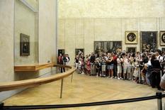 """Turistas atrás de cordão de isolameto para observar quadro """"Mona Lisa"""" no Museu do Louvre, em Paris. 12/09/2009  REUTERS/Jacky Naegelen"""