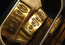 Слитки золота для производства медалей для сочинской Олимпиады на заводе Адамас в Москве. Россия и Казахстан увеличили запасы золота в резервах уже шестой месяц подряд в августе, а Иордания и Объединенные Арабские Эмираты нарастили резервы в июле, согласно опубликованным в четверг данным Международного валютного фонда. REUTERS/Sergei Karpukhin