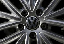 Le conseil de surveillance de Volkswagen réuni vendredi débat d'une modification de la structure du groupe et pas seulement du choix d'un nouveau président du directoire pour remplacer Martin Winterkorn. /Photo prise le 24 septembre 2015/REUTERS/Jim Young