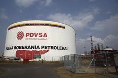 Un tanque de petróleo de la estatal venezolana PDVSA, en el complejo industrial José Antonio Anzoategui, en el estado de Anzoategui, 15 de abril de 2015. La petrolera estatal venezolana PDVSA recibirá el lunes un cargamento de 630.000 barriles de crudo ruso mediano Urales en el terminal Bullenbay en Curazao, según datos de Thomson Reuters de seguimiento de tanqueros y flujos comerciales. REUTERS/Carlos Garcia Rawlins