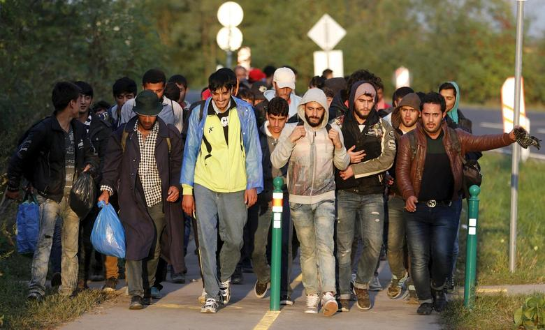 Migrants walk on their way to Austria in Hegyeshalom, Hungary, September 27, 2015.  REUTERS/Heinz-Peter Bader