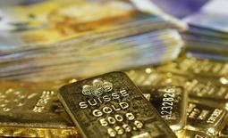 Gold bars and Swiss Franc banknotes are seen in this illustration picture taken at the GSA in Vienna November 13, 2014.    REUTERS/Leonhard Foeger