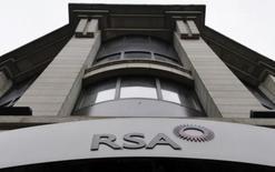 El logo de la aseguradora británica RSA Insurance, afuera de sus oficinas en Londres, 13 de diciembre de 2013. El holding de inversiones colombiano GrupoSura espera cerrar la adquisición de las operaciones latinoamericanas de la aseguradora británica RSA en el primer trimestre del próximo año, aseguró el lunes un alto ejecutivo de la empresa. REUTERS/Toby Melville/Files