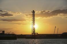 Вид на острове Д на месторождении Кашаган в Каспийском море 21 августа 2013 года. Казахстан, крупнейший на постсоветском пространстве после России производитель нефти, переживающий падение цен на углеводородное сырье, может сократить налоги с низкорентабельных месторождений для удержания прежних темпов добычи в ожидании расширения производства крупнейшего в стране нефтепроизводителя, сказал журналистам вице-министр энергетики Казахстана Магзум Мирзагалиев во вторник. REUTERS/Stringer