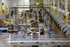 Amazon.es inauguró el martes su supermercado online en España anunciando que de momento venderá alimentos no perecederos y de limpieza, en un desafío directo a los distribuidores tradicionales como Mercadona, DIA, Carrefour o El Corte Inglés. En la imagen, trabajadores de Amazon en un centro en Tracy, California, el 3 de agosto de 2015. REUTERS/Robert Galbraith