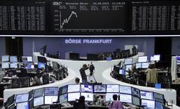 Operadores trabajando en la Bolsa de Fráncfort, Alemania,  29 de septiembre de 2015. Las bolsas europeas bajaban el martes por segundo día consecutivo, presionadas por la debilidad de las acciones ligadas a las materias primas, aunque la minera Glencore puso fin a su caída tras las fuertes ventas de la víspera. REUTERS/Staff/remote