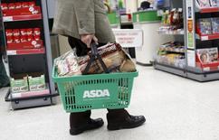 Un hombre lleva una canasta de compras en una tienda Asda, en el noroeste de Londres, Gran Brentaña, 18 de agosto de 2015. El crecimiento de las ventas minoristas de este mes en Gran Bretaña superó ampliamente las expectativas, mostró el martes un sondeo de la industria. REUTERS/Suzanne Plunkett