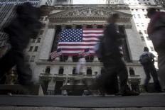 Wall Street a ouvert mardi en légère hausse avant de rapidement repasser dans le rouge, au lendemain d'une chute de 2%. Une vingtaine de minutes après le début des échanges, l'indice Dow Jones perd 0,32%, le Standard & Poor's 500 recule de 0,22% et le Nasdaq Composite abandonne 0,43%. /Photo prise le 21 septembre 2015/REUTERS/Carlo Allegri