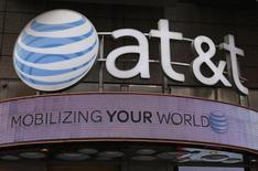 El logo de AT&T en una de sus tiendas en Nueva York, 29 de octubre de 2014. AT&T Inc podría tener que asumir un cargo de 1.100 millones de dólares relacionado con los activos de DirecTV en Venezuela, en el más reciente perjuicio que enfrenta una empresa de Estados Unidos por la situación cambiaria en la economía sudamericana. REUTERS/Shannon Stapleton