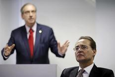 Presidente do Senado, Renan Calheiros (D) escuta discurso de presidente da Câmara, Eduardo Cunha (E), durante seminário em Brasília. 18/08/2015 REUTERS/Ueslei Marcelino