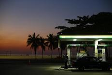 Posto de gasolina na praia de Copacabana.  27/01/2015     REUTERS/Ricardo Moraes