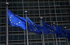 Banderas de la Unión Europea ondean afuera de la Comisión Europea en Bruselas, Bélgica, 13 de mayo de 2015. La Unión Europea aliviará las reglas de capital que impuso a los bancos y aseguradoras desde la crisis financiera para ayudar a los mercados a recaudar más fondos para reactivar el lento crecimiento económico. REUTERS/Francois Lenoir