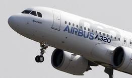 """Airbus Group, qui a constaté qu'un des moteurs Pratt & Whitney équipant son nouvel A320neo était """"légèrement endommagé"""" à l'issue d'un vol d'essai, n'en remet pas pour autant en cause les premières livraisons prévues en fin d'année. /Photo d'archives/REUTERS/Régis Duvignau"""