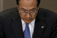 Le directeur général de Toshiba, Masashi Muromachi. Le groupe pourrait supprimer des emplois dans ses secteurs les moins rentables comme l'électroménager, les téléviseurs et les ordinateurs portables et rechercher un partenaire pour ses activités dans le nucléaire. /Photo prise le 1er octobre 2015/REUTERS/Toru Hanai