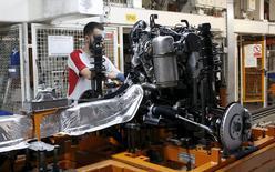 Un trabajador de SEAT en la fábrica de Martorell, cerca de Barcelona, el 5 de diciembre de 2014. El crecimiento la actividad manufacturera en la zona euro se debilitó ligeramente el mes pasado en un contexto de un ritmo menor de nuevos pedidos y producción, incluso después de que las fábricas volvieron a reducir sus precios para alentar el negocio, según un sondeo. REUTERS/Gustau Nacarino