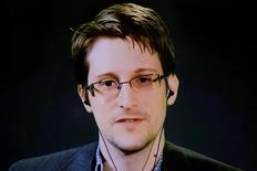 Edward Snowden ofrece unas declaraciones desde Moscú para los asistentes a un debate en Manhattan, Nueva York, el 24 de septiembre de 2015. Edward Snowden, el ex contratista de la Agencia de Seguridad Nacional (NSA) que filtró detalles sobre programas de vigilancia masiva del Gobierno de Estados Unidos, abrió el martes una cuenta en Twitter desde su exilio en Rusia con un nombre simple: @Snowden. REUTERS/Andrew Kelly
